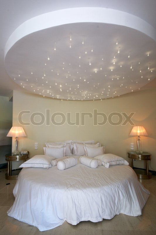 decke wie ein sternen himmel ber rund doppelbett stock foto colourbox. Black Bedroom Furniture Sets. Home Design Ideas