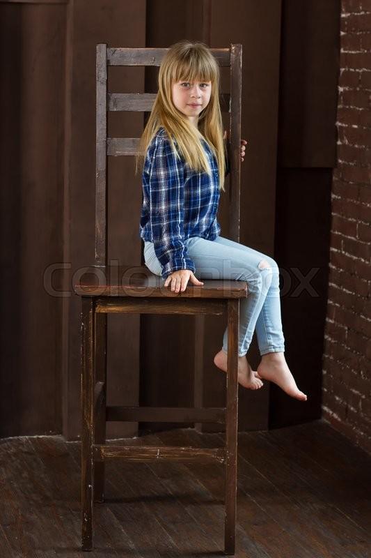девушка в джинсах привязана к стулу фото требую тебя
