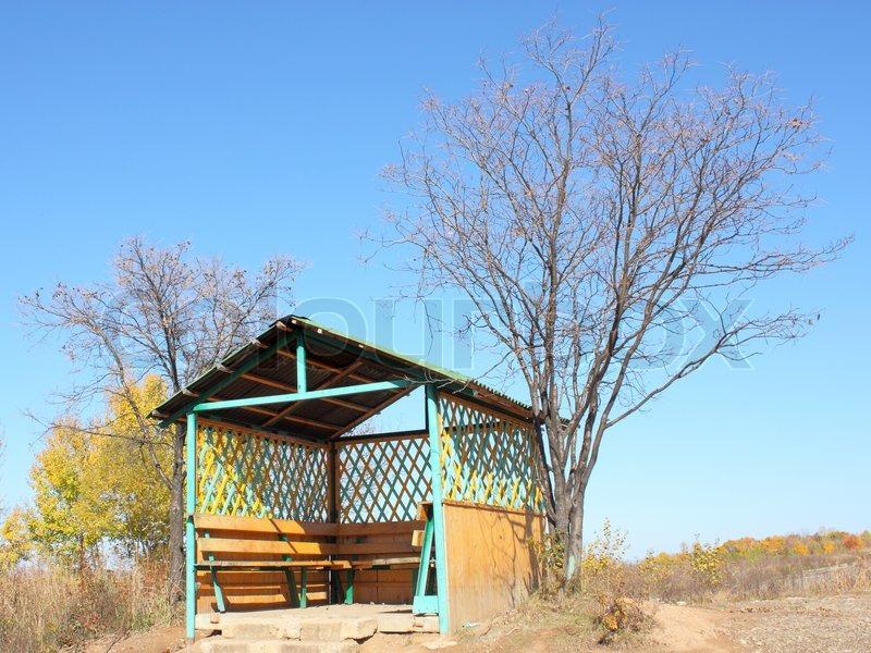 sch ne holz pergola im herbst gegen den blauen himmel mit einem dreieckigen dach stockfoto. Black Bedroom Furniture Sets. Home Design Ideas