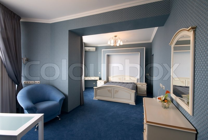 blaue schlafzimmer interieur mit sessel und spiegel. Black Bedroom Furniture Sets. Home Design Ideas
