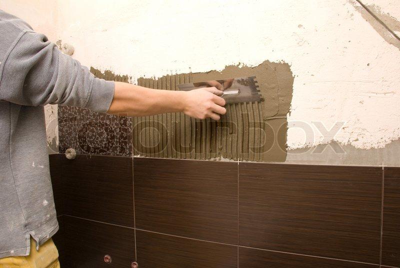 man fliesen einer wand im badezimmer stockfoto colourbox. Black Bedroom Furniture Sets. Home Design Ideas