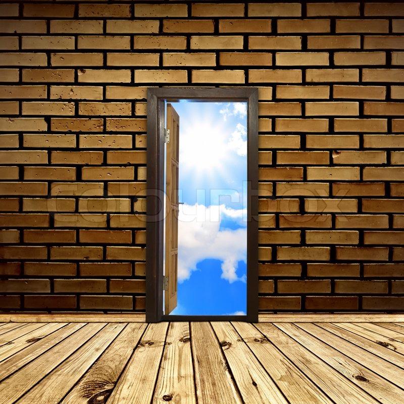 Geöffnete tür  Konzeptionelle Innenraum bei geöffneter Tür in die Freiheit ...