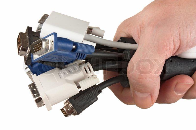 Haufen von Computer-Kabel mit Steckdosen in der Hand auf einem ...