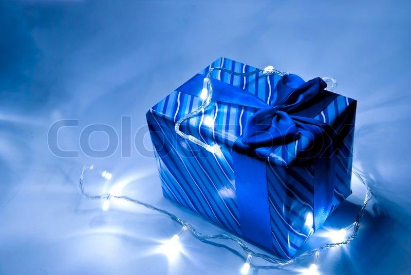 blue geschenkbox mit band und kranz stockfoto colourbox. Black Bedroom Furniture Sets. Home Design Ideas