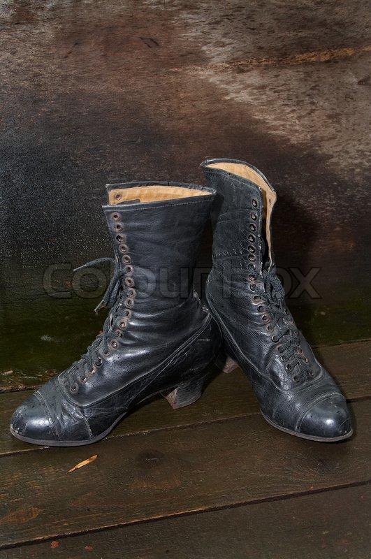Alte frauen stiefel auf holz um einen boden stockfoto for Boden mode preview