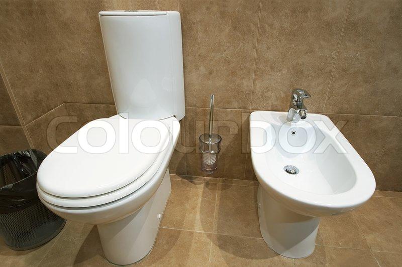 wc sch ssel und bidet in einer toilette stock foto. Black Bedroom Furniture Sets. Home Design Ideas