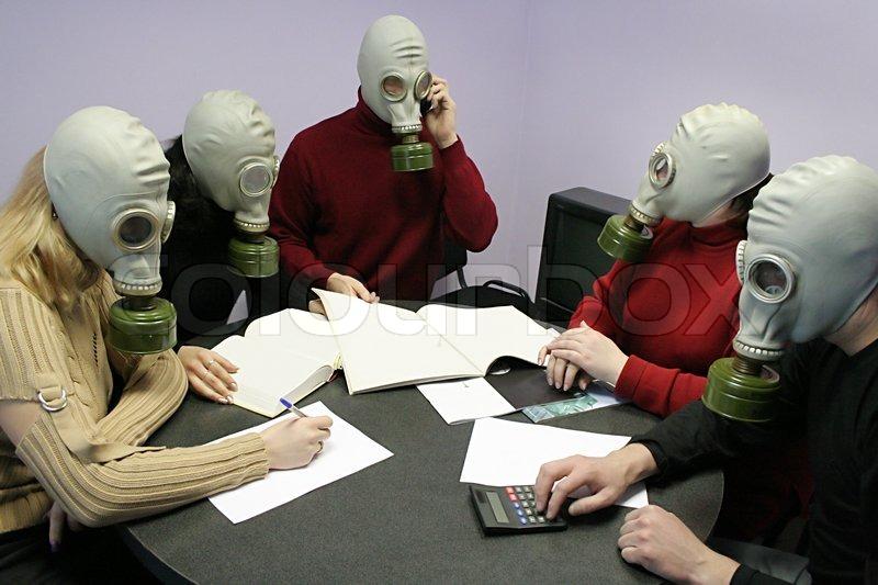 Industrial Konferenz In Gasmasken Hinter Einem Tisch