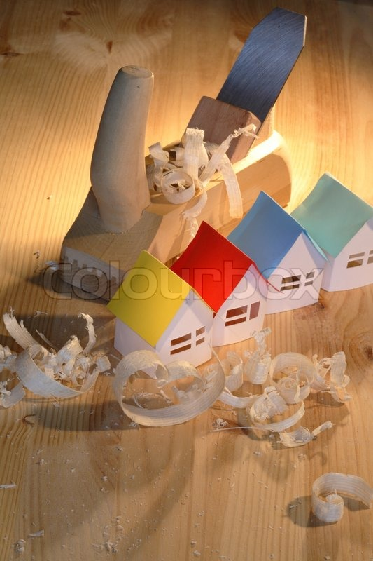 nur wenige kleine papier h user in der n he holz hobel auf holzuntergrund stockfoto colourbox. Black Bedroom Furniture Sets. Home Design Ideas