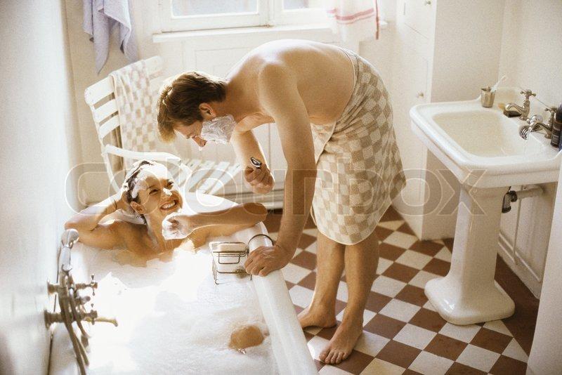john dowland altopress maxppp paar zusammen im badezimmer frau in der badewanne mann. Black Bedroom Furniture Sets. Home Design Ideas