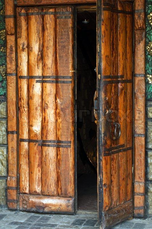 Alte Holztüren alte kirche eröffnet eingang mit holztür und schloss stockfoto