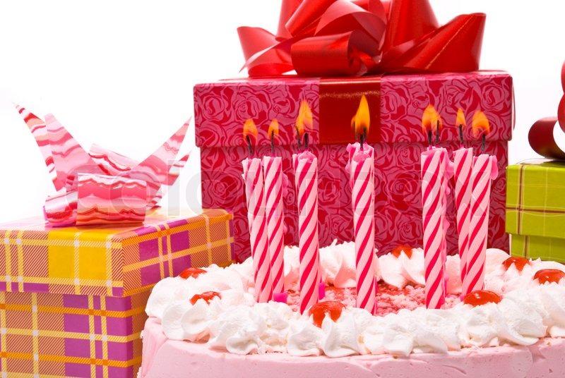 pink kuchen mit kerzen und geschenke in schachteln auf wei em hintergrund stockfoto colourbox. Black Bedroom Furniture Sets. Home Design Ideas