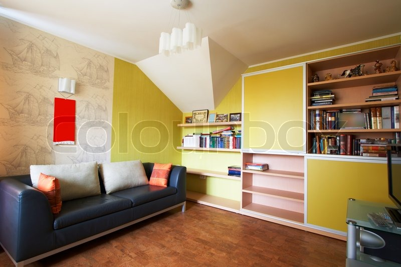 sofa mit kissen und ein b cherregal in einer wohnung stockfoto colourbox. Black Bedroom Furniture Sets. Home Design Ideas