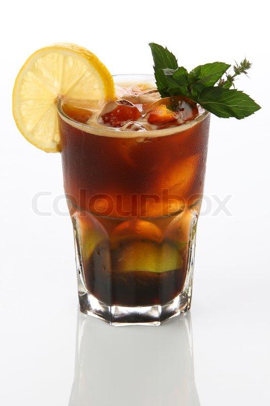 alkoholische cocktails mit eis kaffee zitrone und minze. Black Bedroom Furniture Sets. Home Design Ideas