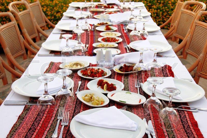 Udendørs bord med serveret plade og vinglas  stock foto  Colourbox