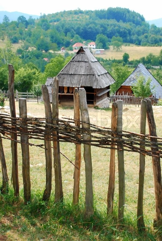 ethnische serbien holzhaus hinter zaun ber l ndliche landschaft stockfoto colourbox. Black Bedroom Furniture Sets. Home Design Ideas