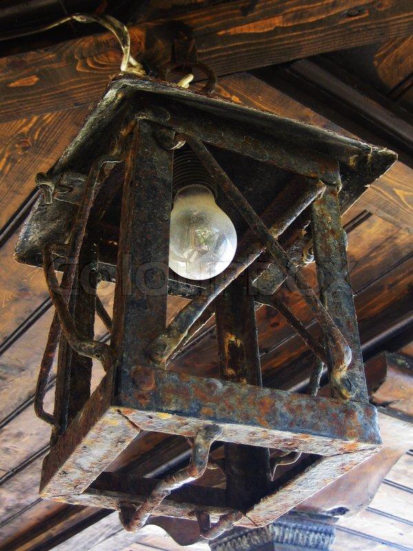 Eine alte verrostete laterne mit elektrischer lampe for Verrostete deko