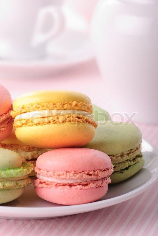 pink gelb gr n macaroones auf wei em teller close up stockfoto colourbox. Black Bedroom Furniture Sets. Home Design Ideas