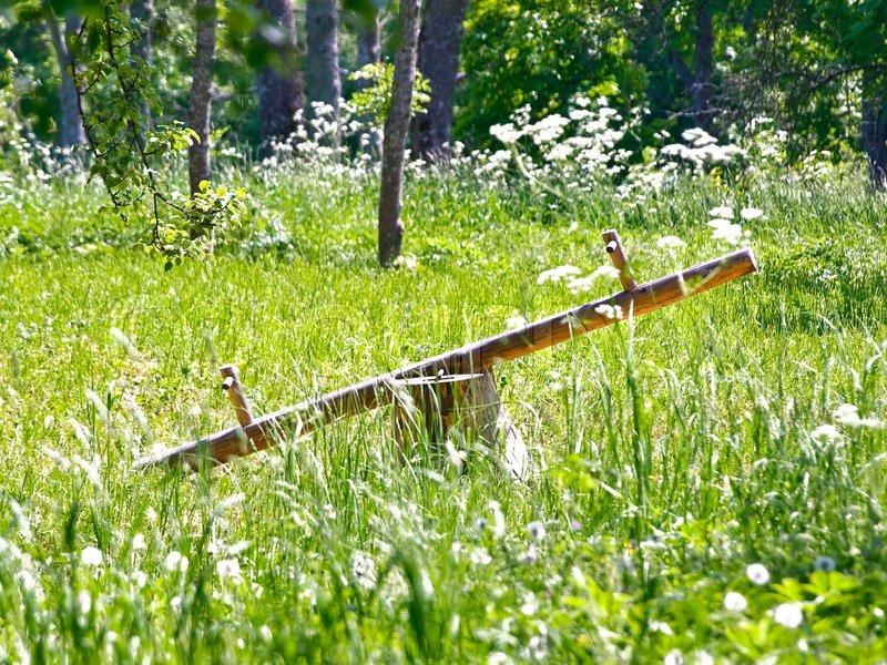 Stock foto af 'Træ vippen i skoven blandt de grønne græs'
