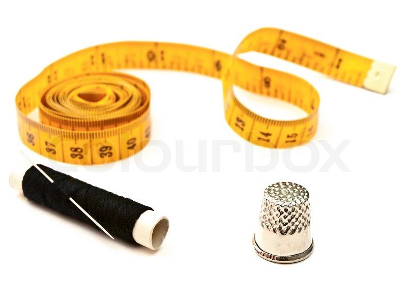 gelb schneider meter fingerhut und schwarzen faden mit der nadel stockfoto colourbox. Black Bedroom Furniture Sets. Home Design Ideas