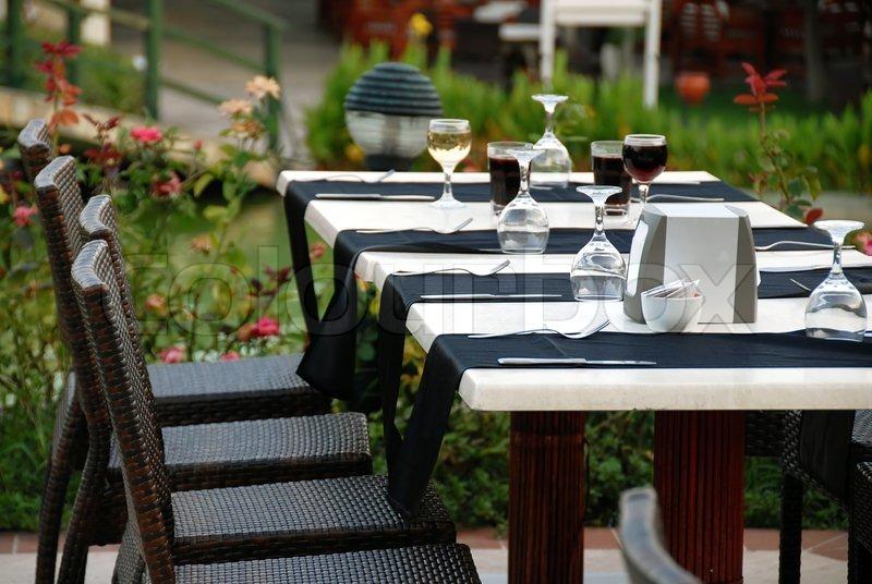 Udendørs bord med serveret plade og vinglas  Stock Billede ...