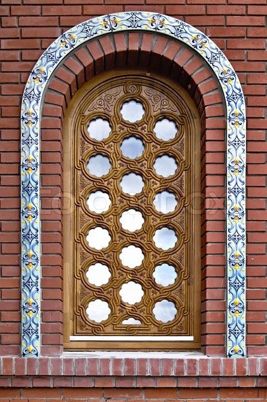 Halbrunde Fenster Mit Einem Dekorativen Holz  Gitter Und Keramischen  Fliesen Auf Dem Hintergrund Einer Ziegelmauer, Stock Foto
