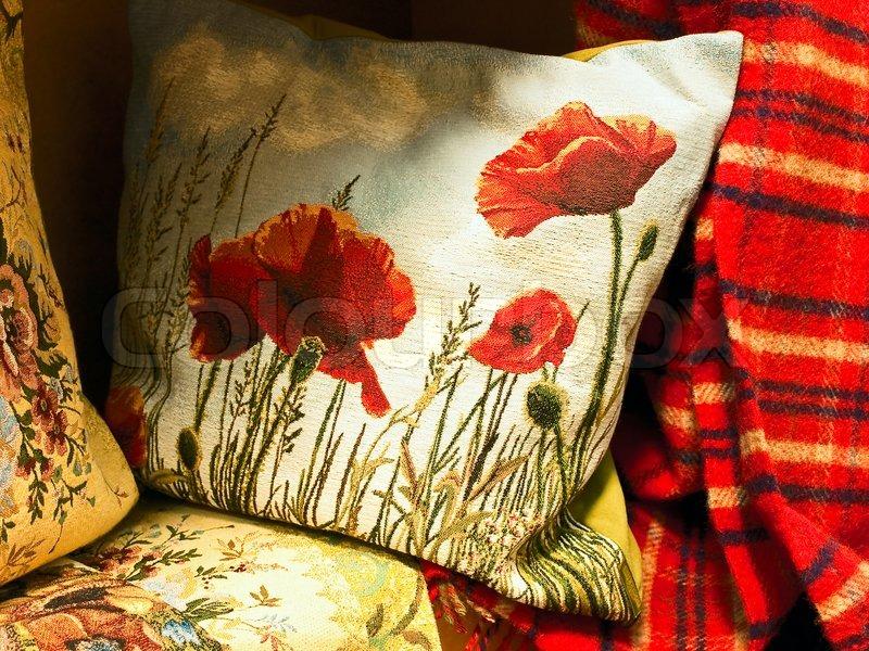gobelin kissen mit mohn in der n he des roten schottenkaro. Black Bedroom Furniture Sets. Home Design Ideas