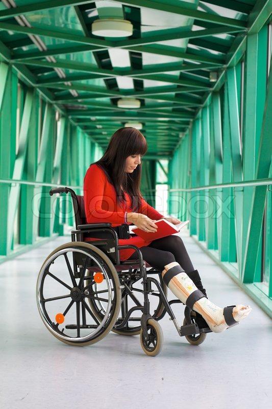 Junge Frau mit Gipsbein im Rollstuhl   Stockfoto   Colourbox