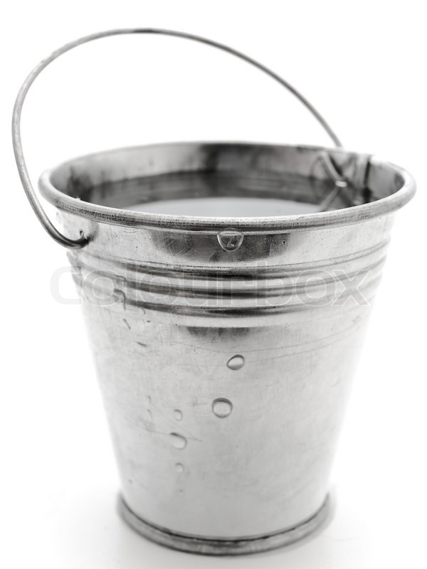 https://www.colourbox.de/preview/1709821-metal-bucket-with-water-against-the-white-background.jpg