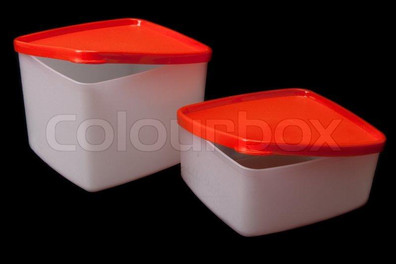 zwei wei e transluzente kunststoff beh lter mit rotem deckel auf schwarzem hintergrund isoliert. Black Bedroom Furniture Sets. Home Design Ideas