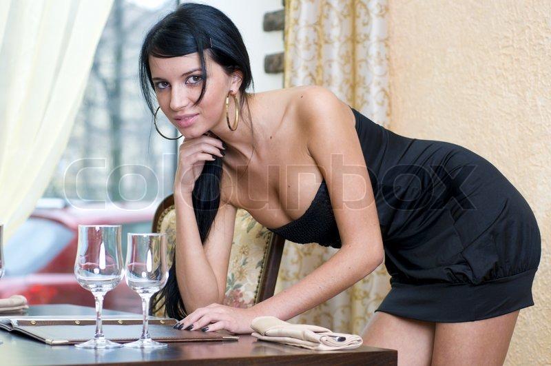 Schöne Frau im Restaurant ist das Lesen  | Stock Bild