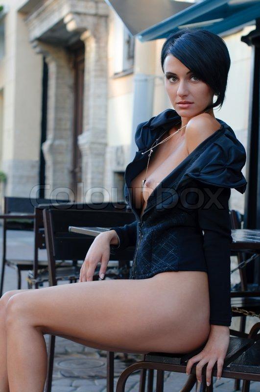 ... Frau mit nackten Brust in das Café im Freien | Stock-Foto | Colourbox: https://www.colourbox.de/bild/schone-frau-mit-nackten-brust-in-das...
