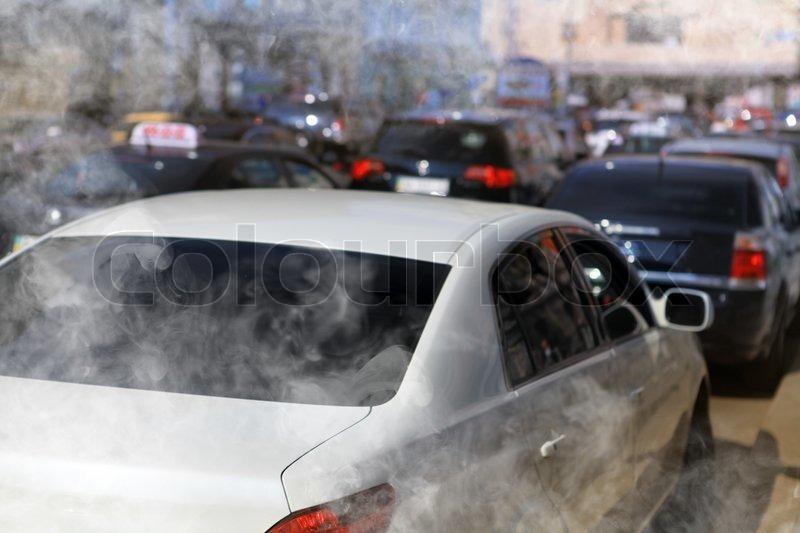 Verschmutzung der Umwelt durch brennbares Gas von dem Auto