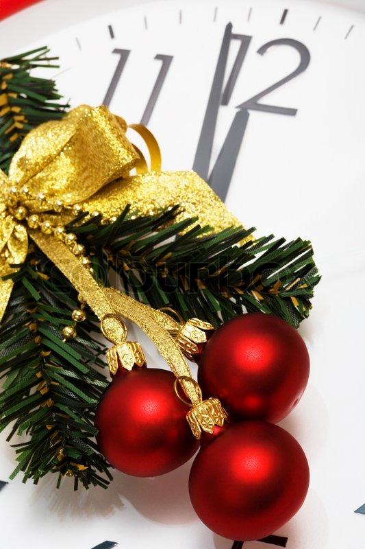 weihnachtsbaum dekoration mit roten kugeln auf einem. Black Bedroom Furniture Sets. Home Design Ideas