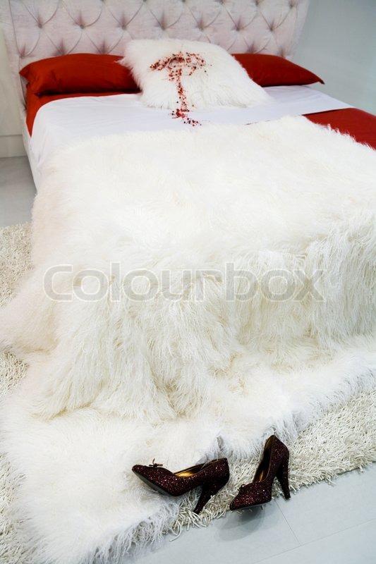 weibliche schuhe in einem bett mit wei er decke stockfoto colourbox. Black Bedroom Furniture Sets. Home Design Ideas