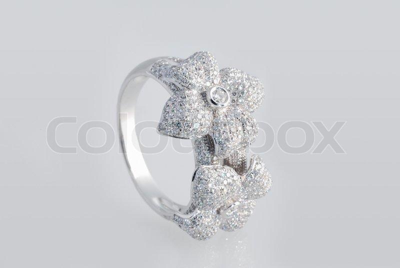 platinum ring mit diamanten auf wei em hintergrund stockfoto colourbox. Black Bedroom Furniture Sets. Home Design Ideas