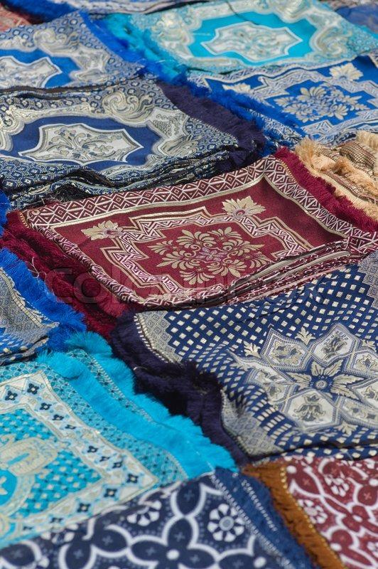 Bunte Stoffe und Kissen zum Verkauf in Fes | Stockfoto | Colourbox