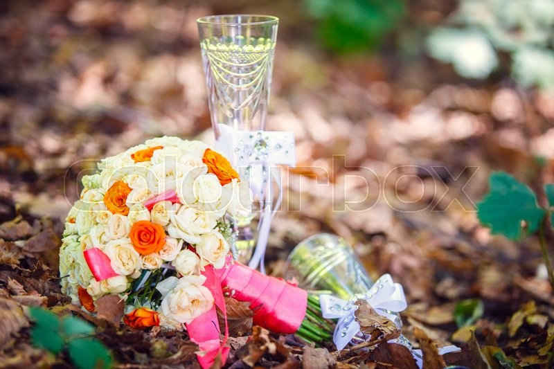 Stock image of 'bridal bouquet of roses flowers crystal glasses'