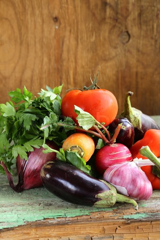 Stock image of 'autumn harvest vegetables (eggplant, carrots, tomatoes, garlic)'