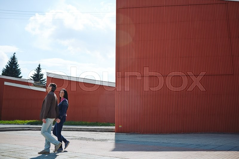 Stock image of 'Young couple walking together in the city'