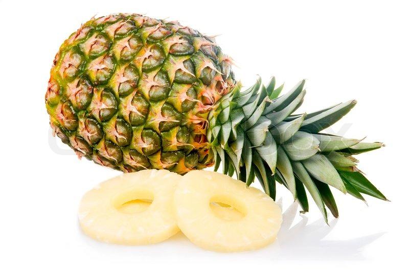 reife ananas mit scheiben isoliert auf wei em hintergrund stockfoto colourbox. Black Bedroom Furniture Sets. Home Design Ideas