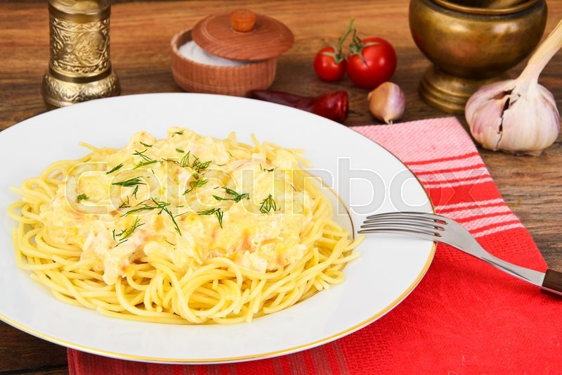 Stock image of 'Spaghetti with Chicken, Onions, Carrots in a Creamy Sauce Studio Photo'