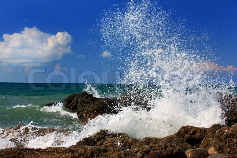 Stock image of 'Ocean wave breaking on the sea shore'