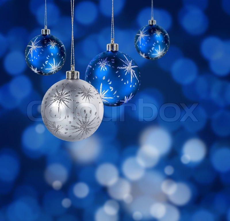Blau und Silber Weihnachten Kugeln hängen gegen den blauen ...