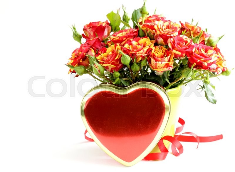 Stock image of 'bouquet of red roses in a vase and gift box on a white background'