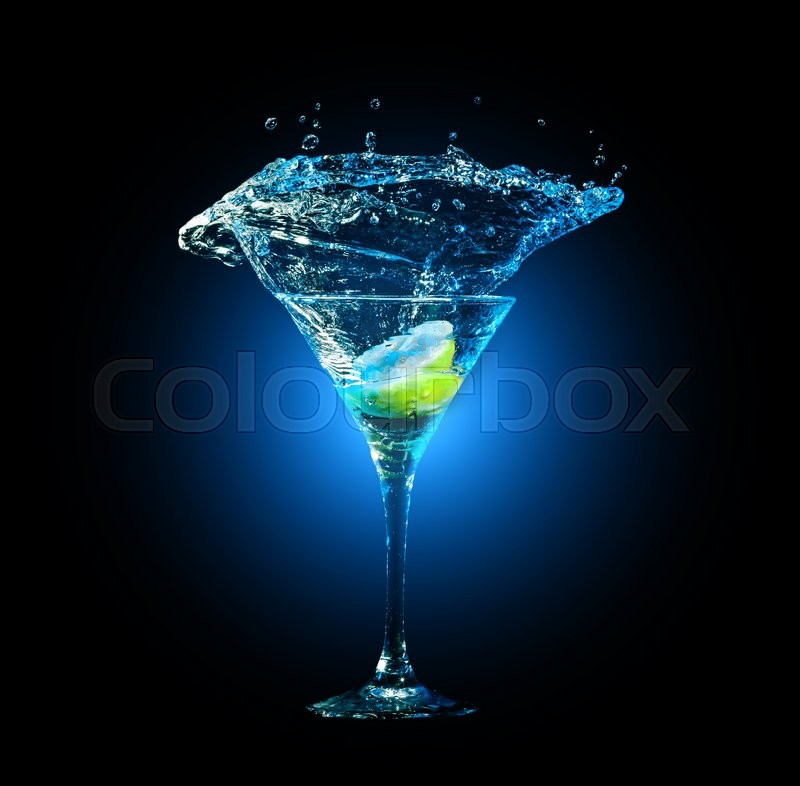 Stock image of 'cocktail in glass with splashes and lemon on dark background. Party club entertainment. Mixed light'