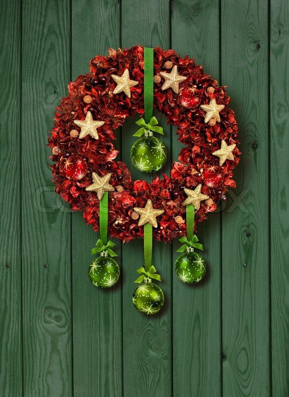 red weihnachten girlande mit gr nen glaskugeln auf alte holzt r stockfoto colourbox. Black Bedroom Furniture Sets. Home Design Ideas