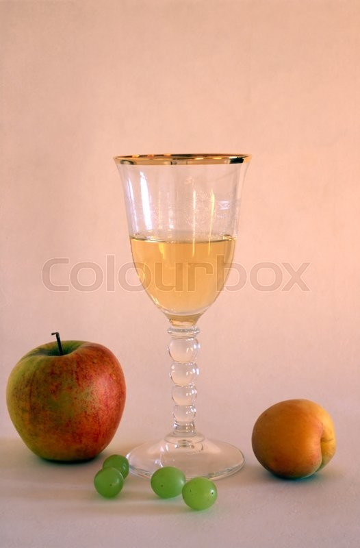 Stock image of 'White wine and fruits isolated on painted background'