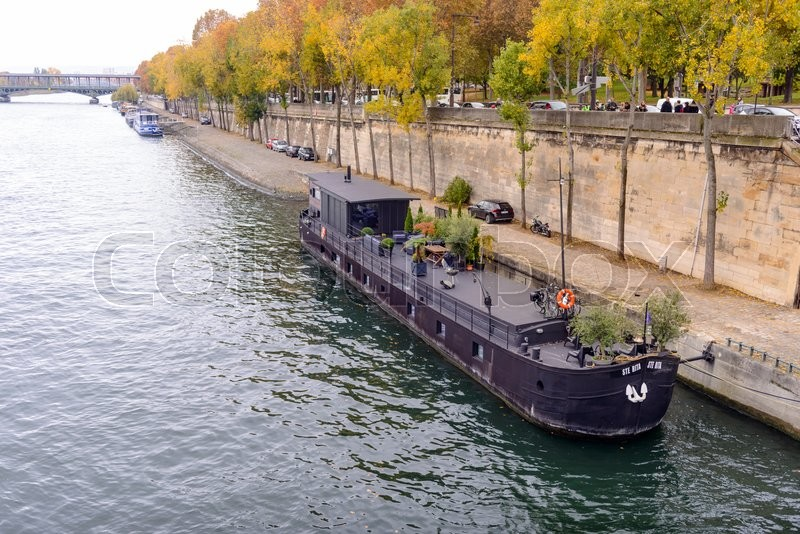 Stock image of 'Embankment of the river Seine in Paris, France.'