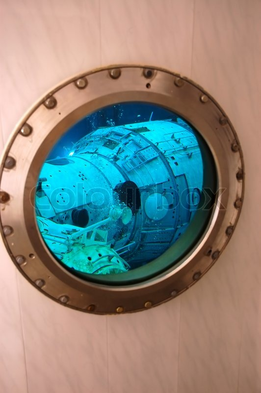 blick auf die attrappe der international space station russischen segment durch das fenster an. Black Bedroom Furniture Sets. Home Design Ideas
