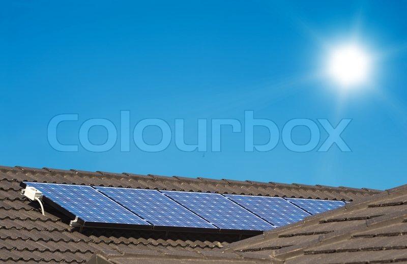 sonnenkollektoren auf dem dach des modernen haus stockfoto colourbox. Black Bedroom Furniture Sets. Home Design Ideas